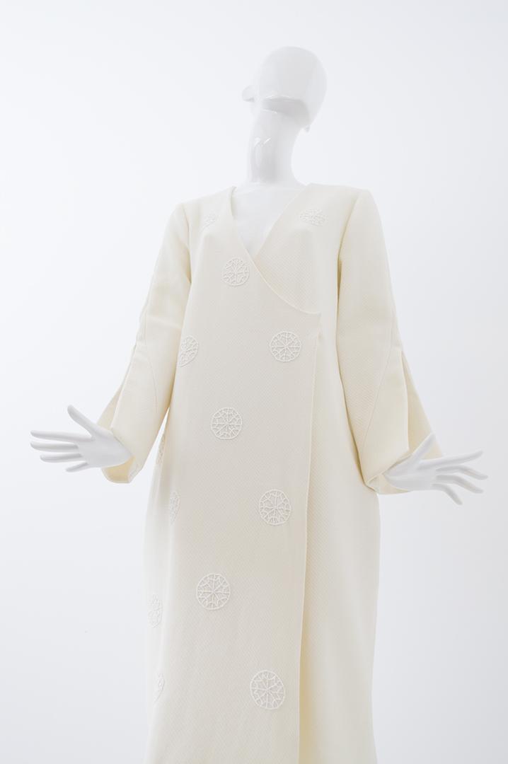 manteau blanc brodé 1